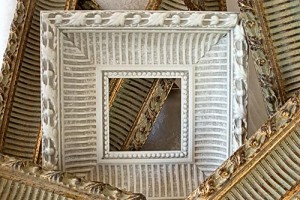Picture frame out of moulding - Details in the Decor