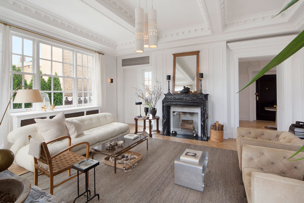 Nate Berkus's living room in Manhattan features beautiful crisp white interior finishings. Image source: Elle Decor
