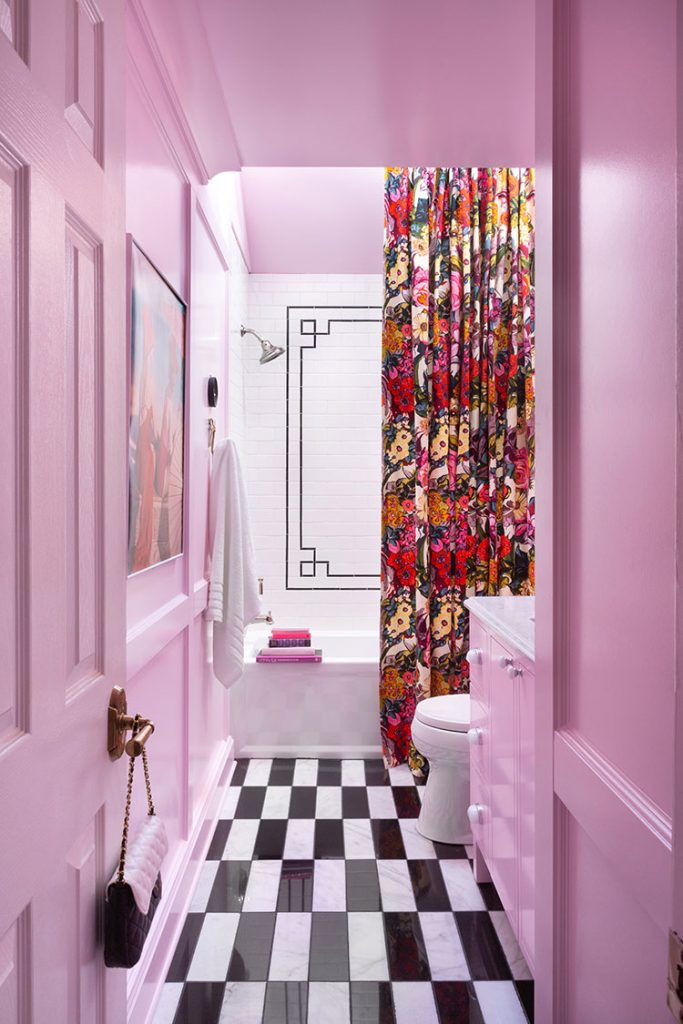 Gwen Hefner creates a perfect summer bathroom in pink!