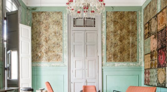 This Havana salon embraces colorful pastels and trim
